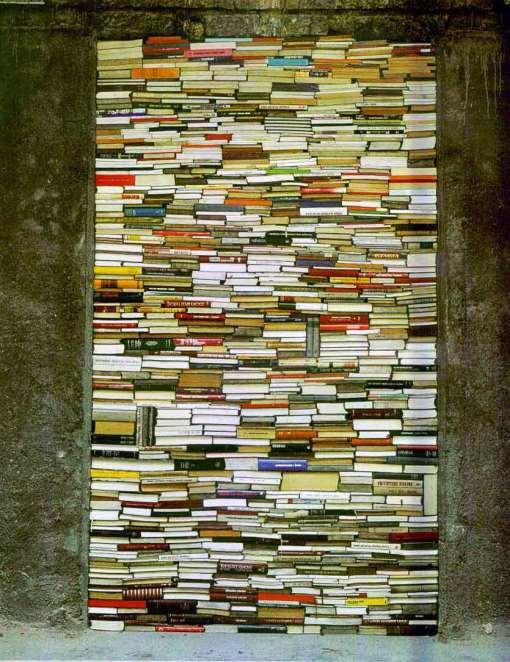 """Jannis Kounellis.  La puerta cerrada con libros (Instalación en la Biblioteca Nacional de Sarajevo, bombardeada durante la Guerra de los Balcanes. 2004. Proyecto """"Ars Aevi"""")"""
